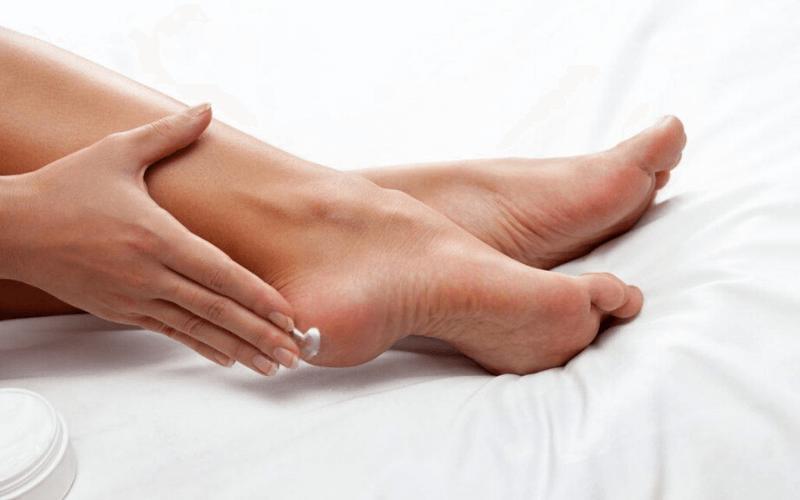 trị nứt gót chân hiệu quả bằng kem đặc trị